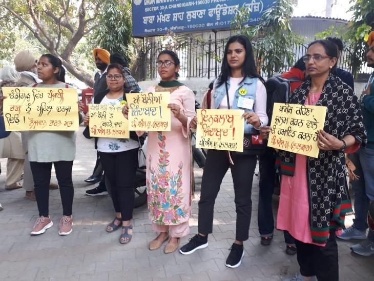 चंडीगढ़ में पंजाबी भाषा लागू करने के पोस्टर लेकर खड़ी युवतियां।