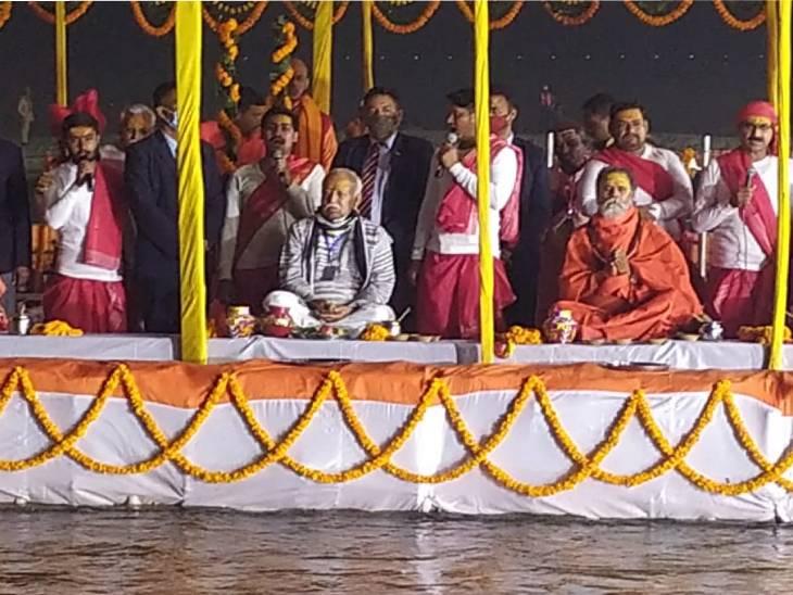 Mohan Bhagwat and Akhara Parishad President Mahant Narendra Giri on Sangam Beach.