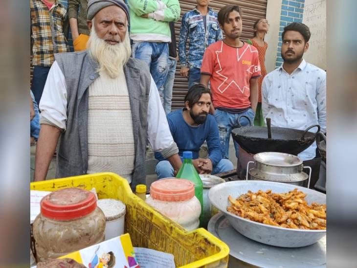 सलीम के पिता रऊफ खान खाने-पीने के सामान की एक छोटी सी दुकान चलाते हैं। उनका परिवार बावनखेड़ी के पास के ही मजरे बड़ई में रहता है।