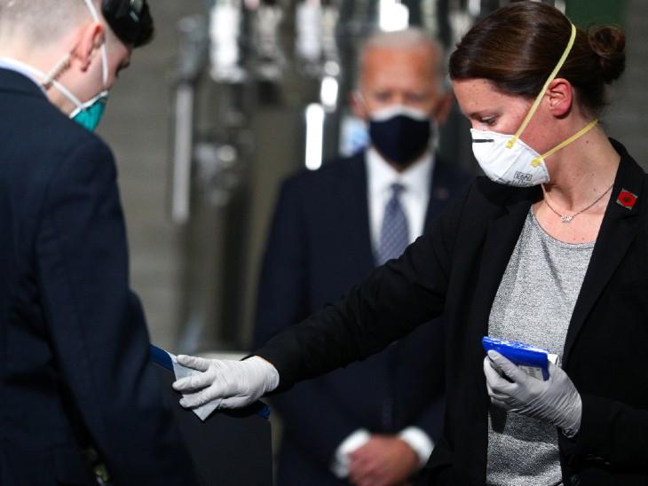 फोटो अमेरिका की है। राष्ट्रपति जो बाइडेन शुक्रवार को फाइजर वैक्सीन के प्लांट पहुंचे। इस दौरान उनके भाषण से पहले पोडियम को सैनिटाइज किया गया।