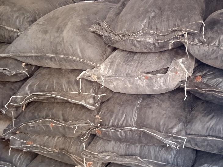 तलाशी में ट्रक के अंदर 233 कट्टे मिले जिनमे डोडा चूरा भरा हुआ था।