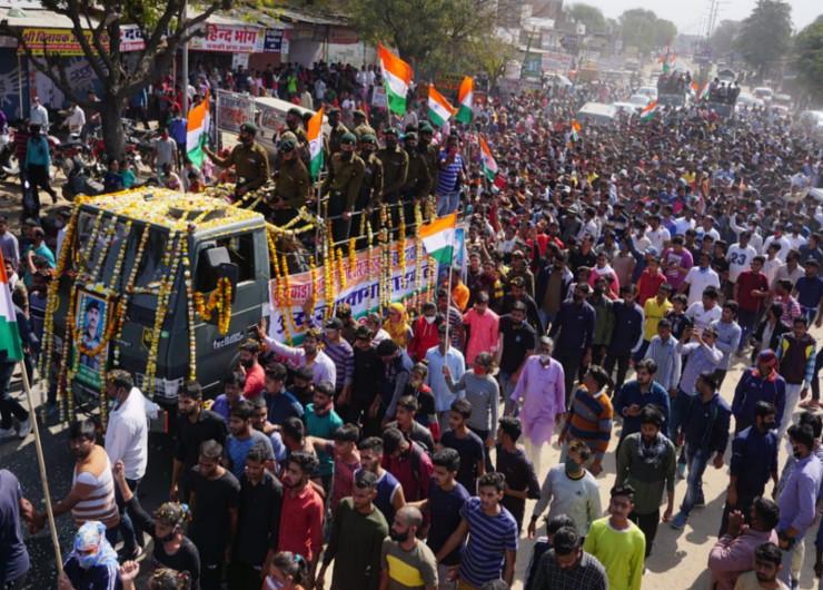 सैन्य सम्मान के साथ हुआ दाह संस्कार, शवयात्रा में उमड़े हजारों लोग, 28 जनवरी को ही छुटि्टयां बिताकर ड्यूटी पर लौटे थे|जयपुर,Jaipur - Dainik Bhaskar