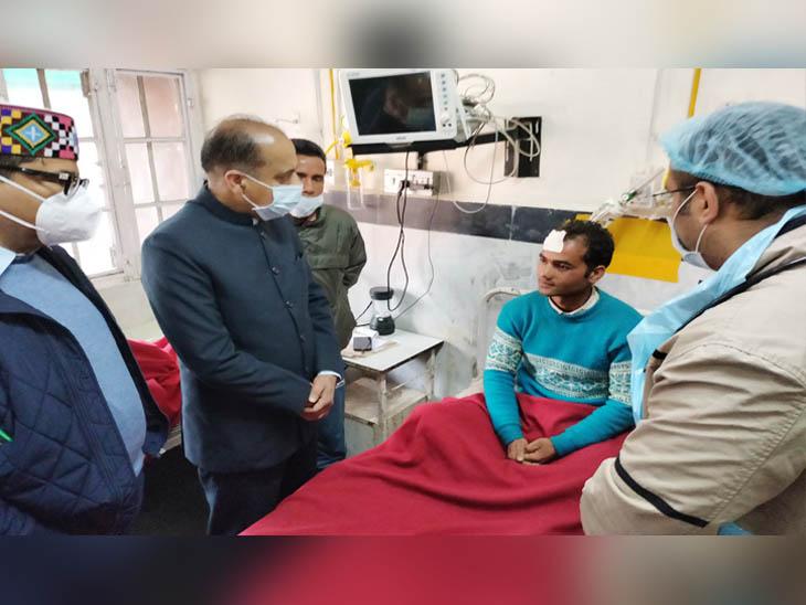मंडी के जोनल अस्पताल में घायल युवक से बात करते मुख्यमंत्री जयराम ठाुकर।