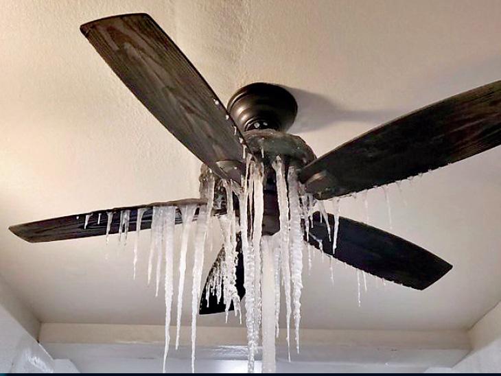 तस्वीर टेक्सास की है। वहां सर्दी से घरों में पाइपलाइन फट रही हैं। छत में दरारें आने से पानी सीलिंग से रिसने लगा, पर भीषण सर्दी चलते पंखे में ही बर्फ जम गई।