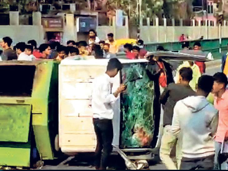उग्र मैट्रिक परीक्षार्थियों ने बोरिंग रोड में नगर निगम की एक गाड़ी को पलट दिया।