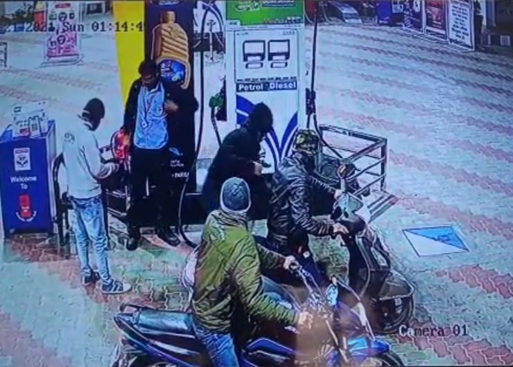 पेट्रोल पंप पर कर्मचारी से रुपयों से भरा बैग छीनते हुए सीसीटीवी में नजर आया बदमाश।