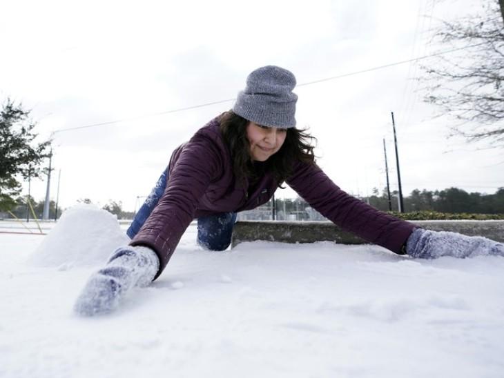 बर्फबारी से हर कोई परेशान है। लोग अपने घर के बाहर से बर्फ की चादर हटाने की कोशिश कर रहे हैं, ताकि आने-जाने का रास्ता साफ हो सके।