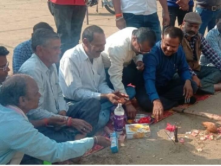 भाजपा नेता भी गेट के बाहर ही भूमिपूजन कर आए थे।