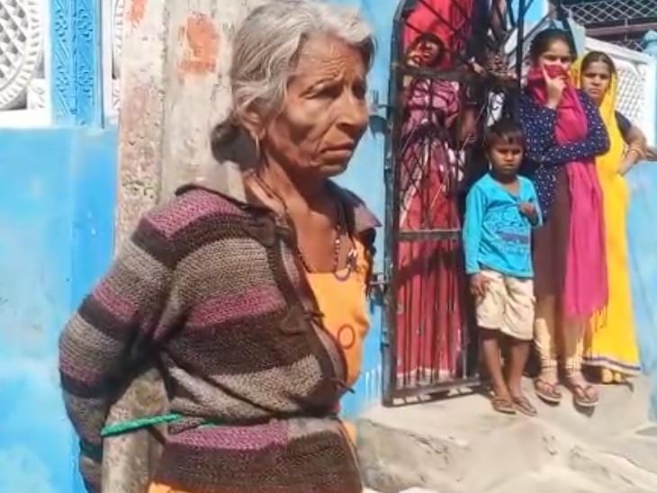 रिक्शा चोरी के आरोप में महिला को भी खंभे से बांधकर पीटा गया।
