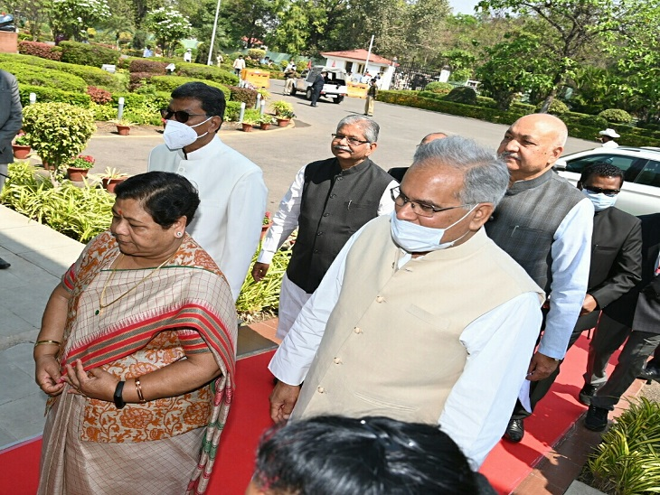 विधानसभा पहुंचने पर मुख्यमंत्री भूपेश बघेल, विधानसभा अध्यक्ष चरणदास महंत और नेता प्रतिपक्ष धरमलाल कौशिक ने स्वागत किया।