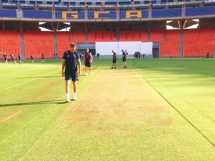 अहमदाबाद के मोटेरा स्टेडियम में पिच का मुआयना करते इंग्लैंड के कप्तान जो रूट।