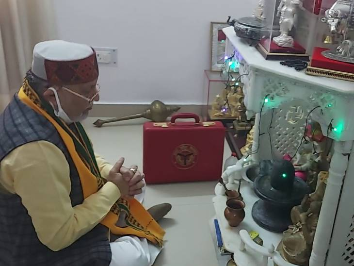 कैबिनेट बैठक से पहले वित्त मंत्री ने पूजा पाठ किया।