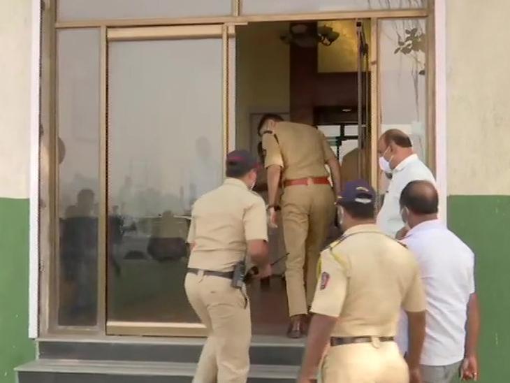 सांसद की बॉडी मिलने के बाद होटल में तफ्तीश करने जाती हुई पुलिस।