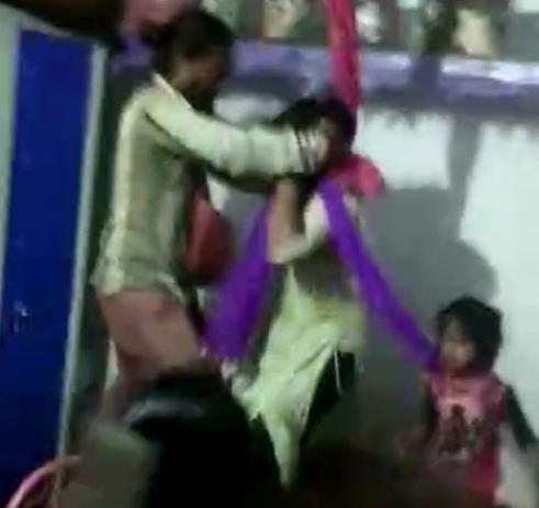 भोपाल में पति से नाराज महिला ने बच्चों के साथ फांसी लगाने की कोशिश की; दरवाजा तोड़कर बचाया भोपाल,Bhopal - Dainik Bhaskar