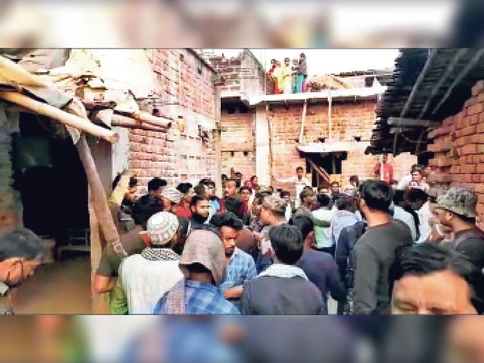 बेलम्बा पंचायत के कोड़ाडीह में घटना के बाद मृतका के घर पर लगी लोग की भीड़।