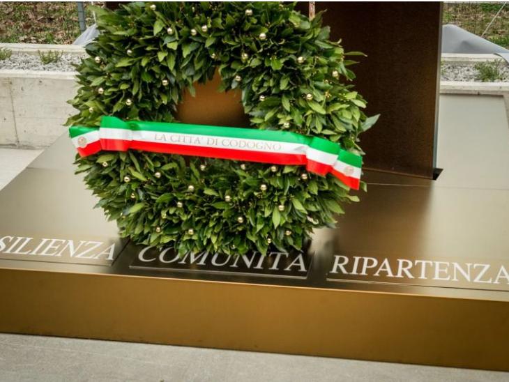इटली में कोविड-19 की वजह से जान गंवाने वालों के लिए एक स्मारक बनाया गया है।