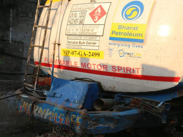 The car entered the same tanker parked on the road.  This tanker is from Gwalior.