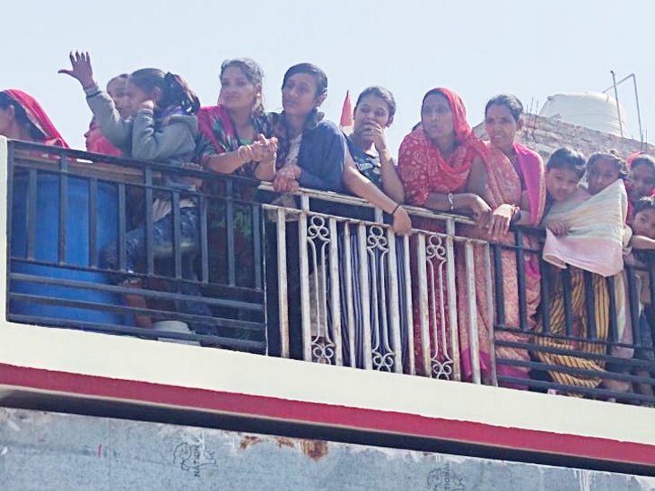 महिलाओं ने छतों पर खड़े होकर दी अंतिम विदाई।