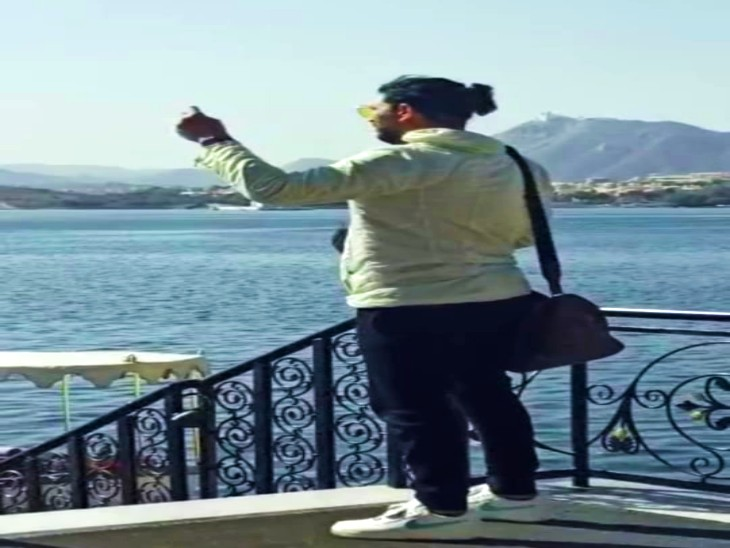Yuvraj clicking the beauty of Udaipur in pictures.