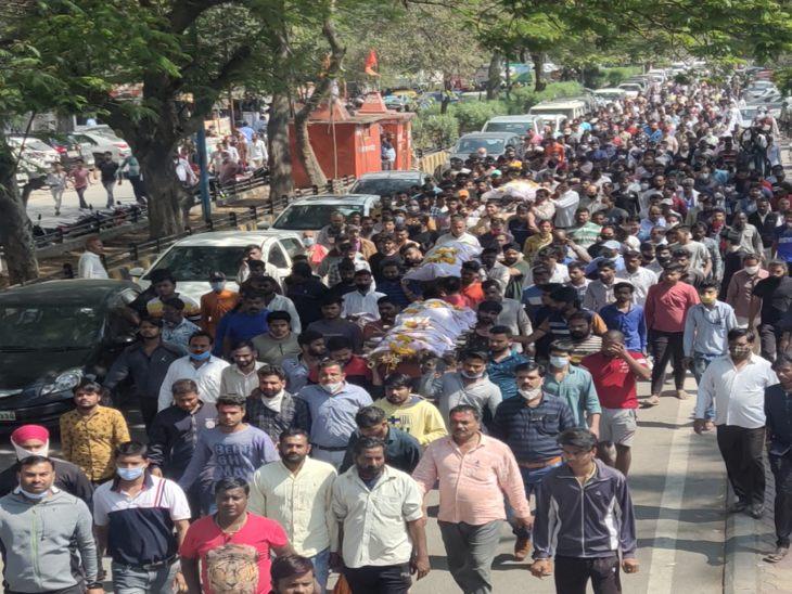 अंतिम यात्रा में बड़ी संख्या में लोग शामिल हुए।