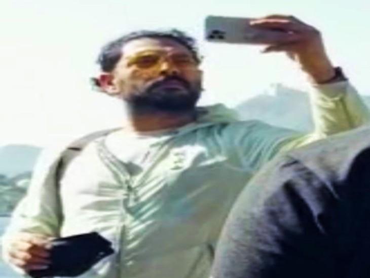 Yuvraj Singh taking a selfie on the Pichola lake shore.