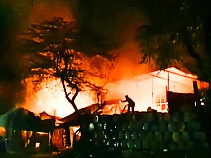 आग बुझाते नगर निगम के फायर शाखा के कर्मचारी।
