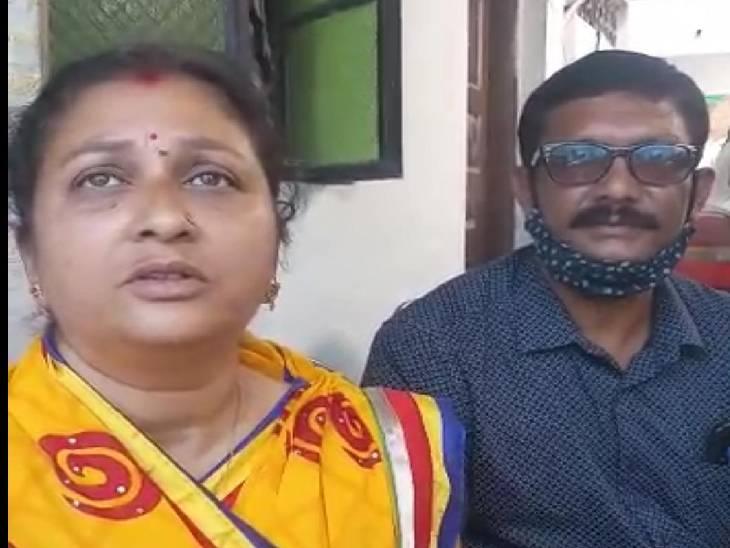 सुजल की मां निर्मली और उनके पिता संदीप कुसरे।