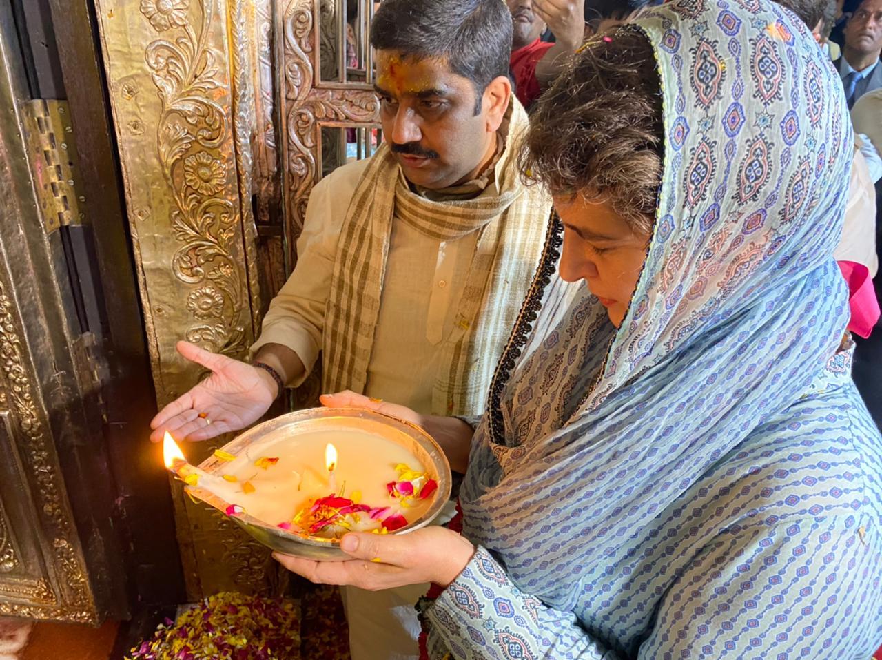 प्रियंका ने वृंदावन के बांके बिहारी मंदिर में करीब 25 मिनट पूजा की।