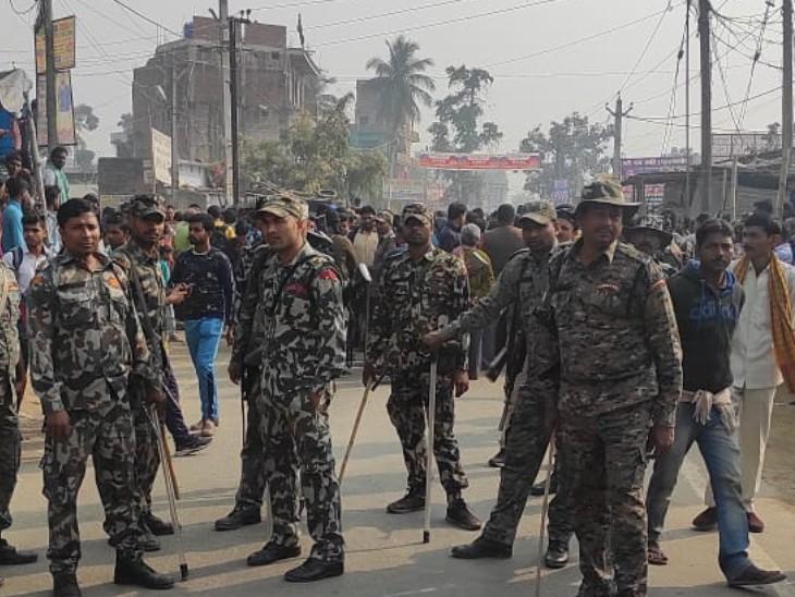 तिरंगा चौक पर जाम पर काबू करने पहुंची पुलिस की टीम।