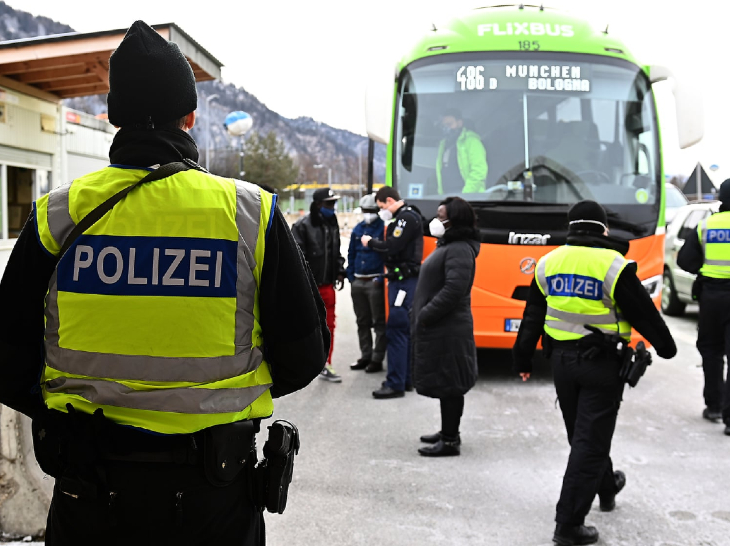 A passenger bus parked on the Belgian and German borders on Tuesday.  Now 6 countries of the European Union are considering ending the restrictions on movement imposed in the Corona round.