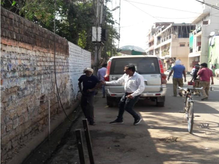 सड़क पर थूक कर जैसे ही मुड़ा युवक, पीछे खड़े अफसर बोले ला 100 रुपए दे जुर्माना, महंगा पड़ा थूकना|ग्वालियर,Gwalior - Dainik Bhaskar