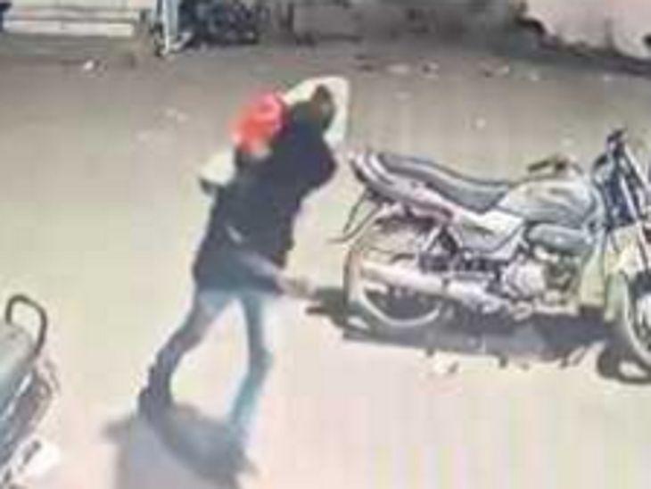 सीसीटीवी में झोला लेकर जाते दिखा चोर।