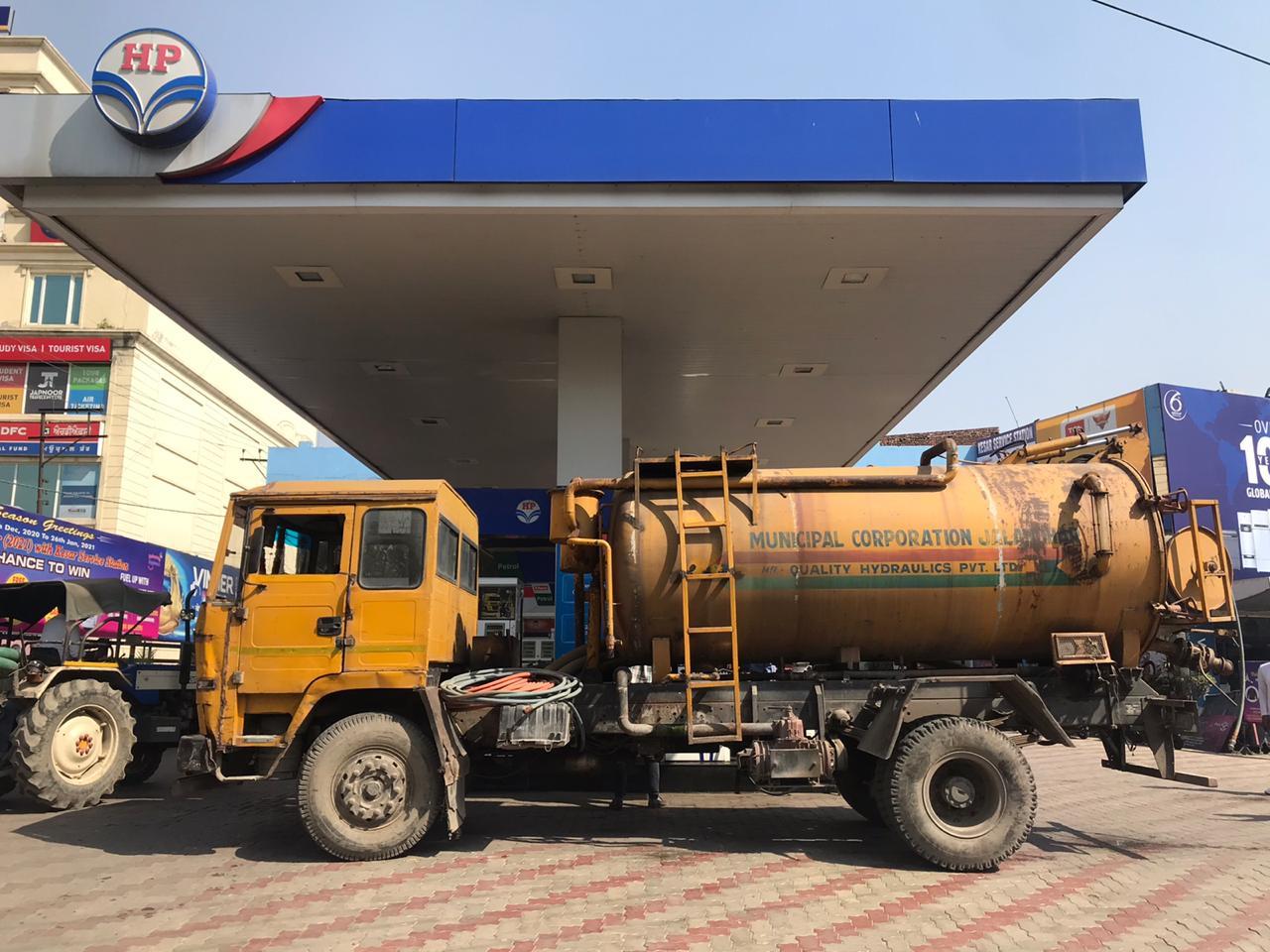 दिन में टूटी 600 करोड़ी बजट वाले निगम अफसरों की नींद, प्राइवेट पेट्रोल पंप से तेल डलवाकर शुरू कराई कूड़ा लिफ्टिंग|जालंधर,Jalandhar - Dainik Bhaskar