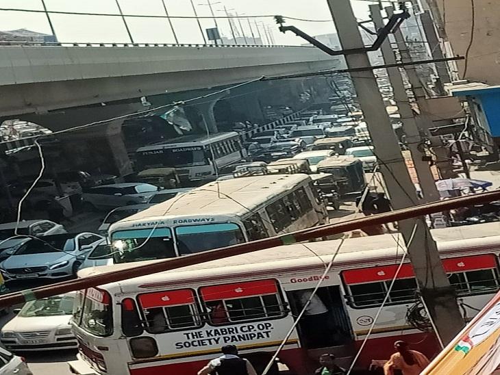 कांग्रेस की पैदल यात्रा के दौरान जाम में फंसे वाहन।