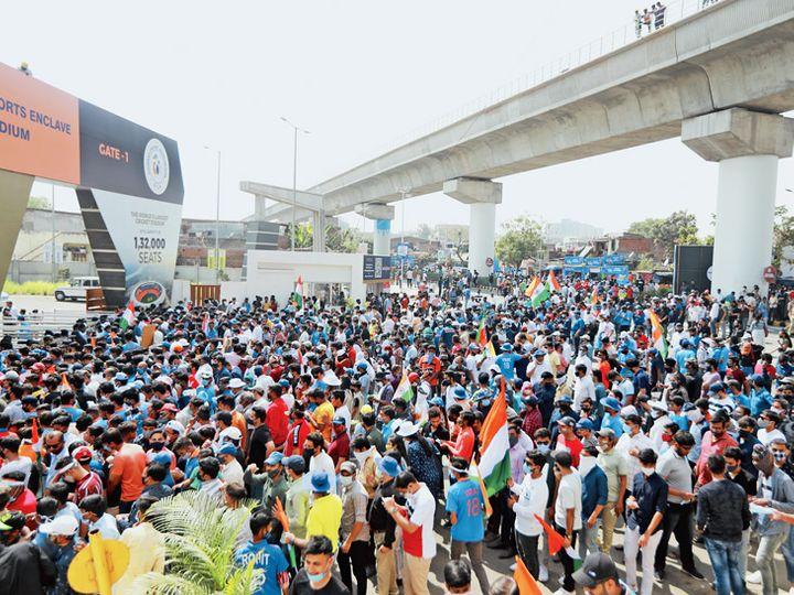 ऑफ़लाइन बुकिंग के बाद स्टेडियम के बाहर खिड़की से टिकट लेने के लिए फैंस की भीड़।