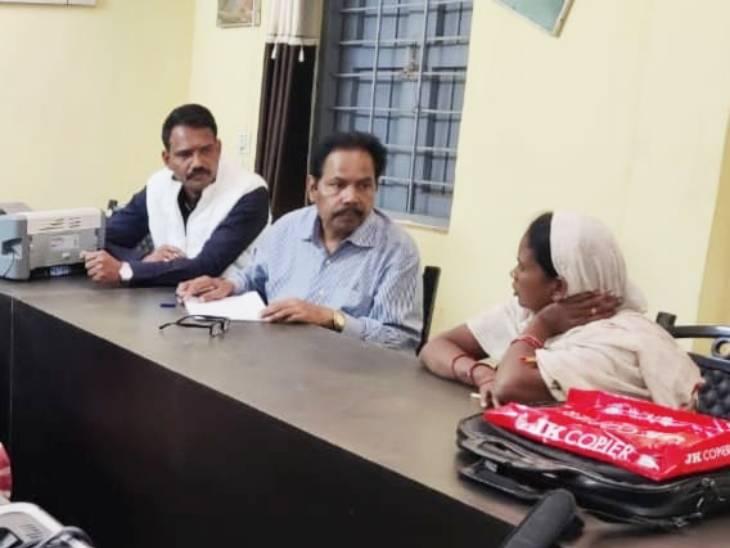 जमीन पर मोबाइल टॉवरलगवाने के लिए NOC देने के एवज में मांगे थे रुपए, लोकायुक्तने रंगेहाथगिरफ्तार किया|मध्य प्रदेश,Madhya Pradesh - Dainik Bhaskar