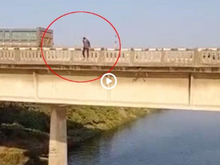 सूरत में ब्रिज से तापी नदी में युवक ने लगाई थी मौत की छलांग, अब घटना का Live वीडियो आया सामने गुजरात,Gujarat - Dainik Bhaskar