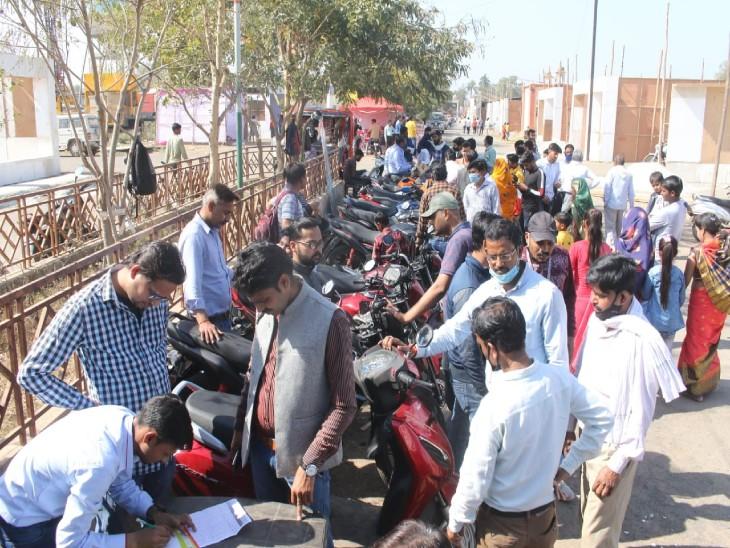 मेला में ऑटो मोबाइल शोरूम तैयार न होने के कारण स्टॉल्स पर इस तरह वाहन खरीद हो रही है - Dainik Bhaskar