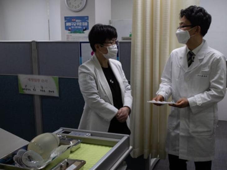दक्षिण कोरिया के सियोल में गुरुवार को वैक्सीनेशन की तैयारियों का जायजा लेते स्वास्थ्य वर्कर्स  यहां शनिवार से वैक्सीनेशन शुरू किया जाना है।