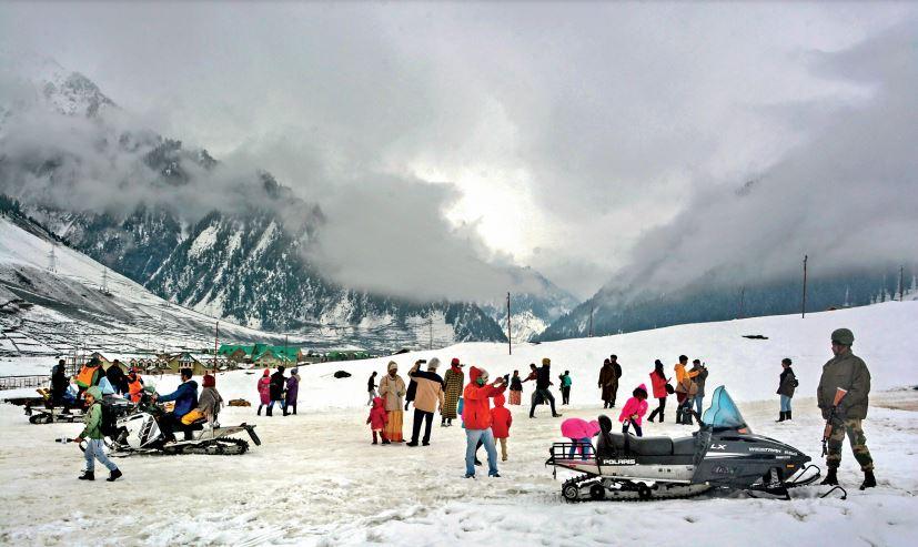 पहली बार फरवरी में खुला सोनमर्ग; बर्फ से लदे पहाड़ देखने पहले दिन पहुंचे एक हजार पर्यटक देश,National - Dainik Bhaskar