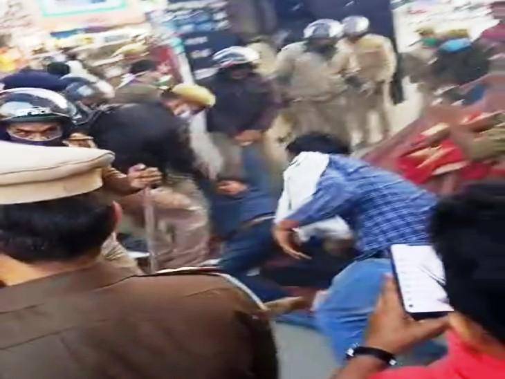 पुलिसकर्मियों ने घसीट कर छात्रों को गाड़ी में बिठाया।