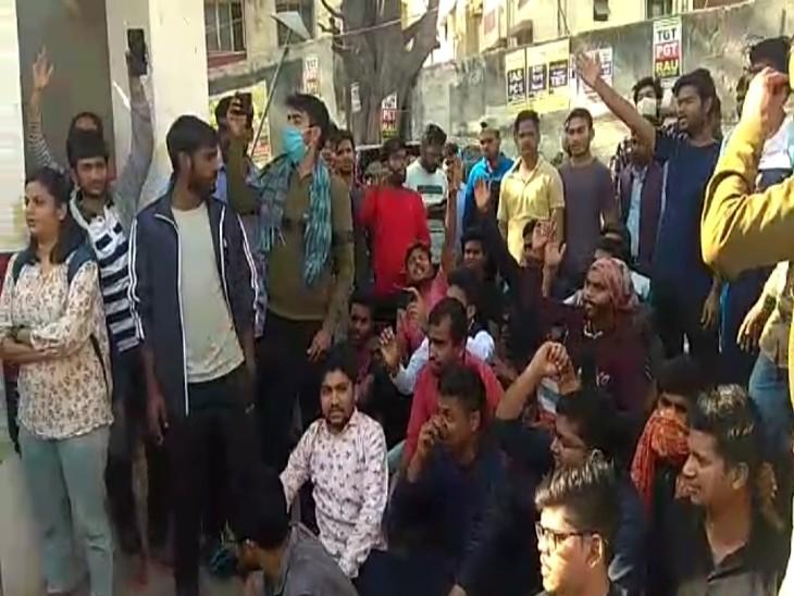गिरफ्तार छात्रों के साथियों ने लंका थाने पर प्रदर्शन शुरू किया।