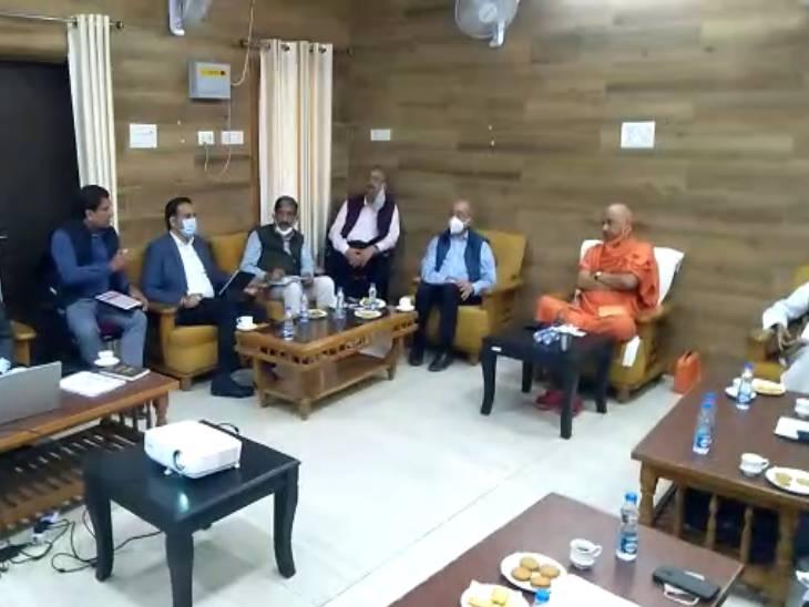 अयोध्या के सर्किट हाउस में राम मंदिर निर्माण समिति की बैठक में जुटे मंदिर ट्रस्ट के पदाधिकारी व प्रशासनिक अधिकारी। - Dainik Bhaskar