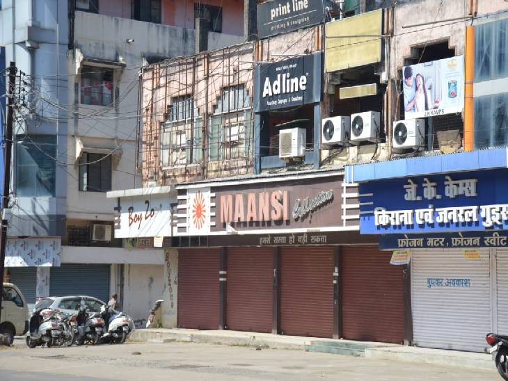 फुहारा क्षेत्र में इस तरह बंद होने वाली दुकानें।