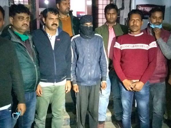 घटना के तीसरे दिन पुलिस ने मुख्य आरोपी विनय (मुंह पर कपड़ा बांधे हुए) और उसके नाबालिग साथी को गिरफ्तार किया था।