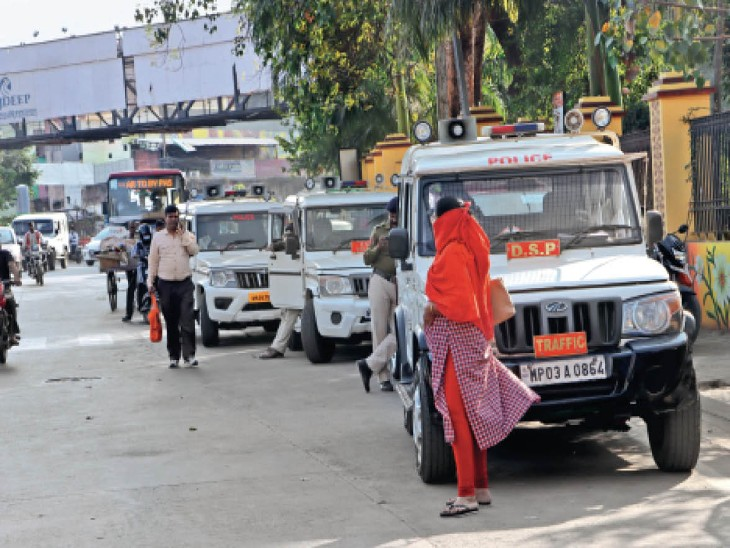 सड़क सुरक्षा समिति की बैठक: सड़क पर गाड़ी खड़ी कर पुलिस अफसरों ने फैसला लिया, सड़क पर पार्किंग नहीं होगी
