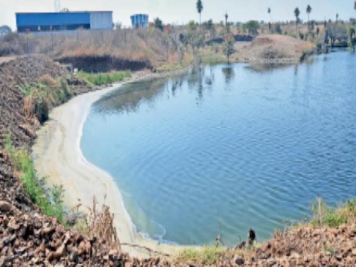 सजा काला पानी की: दाए बीघा में निजी डैम बना पानी बचाने के लिए सिंचाई के लिए पानी मिले, लेकिन चिप्स का के स्टार्च से पानी काला पड़ा था।
