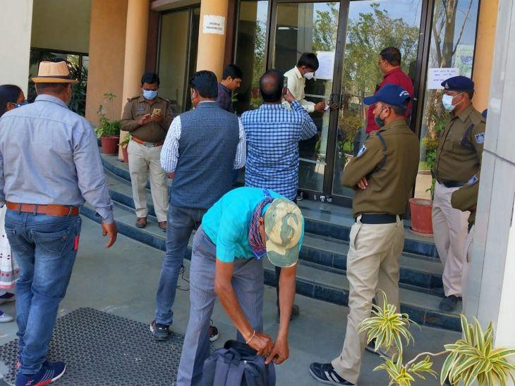 कांगे के गेट पर जंजीर: पिगडंबर में संघवी कॉलेज को प्रशासन ने सील कर दिया, नोटिस के बाद भी टैक्स के बकाया 47 लाख रुपए नहीं भरे गए थे।