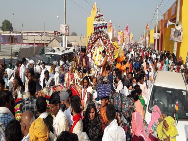 वृंदावन में उमड़ी आस्था: वैष्णव कुंभमेला बैठक का पहला शाही स्नान आज, देवरहा बाबा मार्ग से शुरू हुई शाही पेशवाई