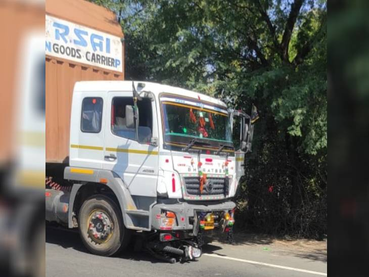 NH-26 पर कंटेनर ने तीन को कुचला: बरकोटी के घाटी से तेज बहाव में आ रहे कंटेनर ने गुरुचौपड़ा के पास बाइक सवार तीन को रौंदा, एक महिला व दो युवकों की मौके पर मौत